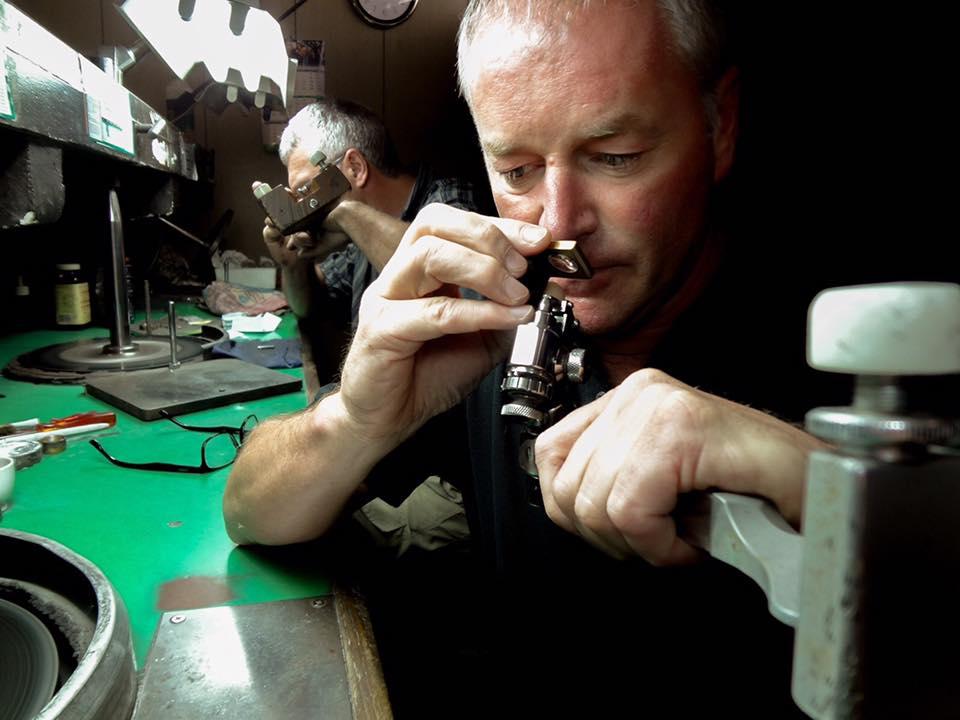 ベルギー在中のダイヤモンド研磨しフィリッペンス・ベルトマスターカッターでありANTWERP BRILLIANTの専属カッターをつとめる男現在の4Cカット項目の3EXを確立させた