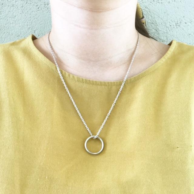 新潟で結婚指輪をお探しならブローチへネックレスに通して使う事が出来ます。