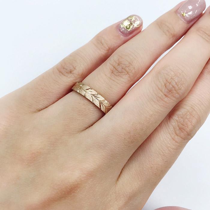 新潟で人気の結婚指輪はにわかのピンクゴールドの花匠の彫り