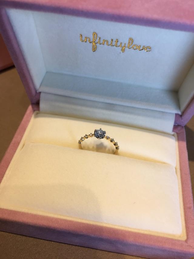 お客様のオリジナルアレンジの加わったinfinityloveの華奢な婚約指輪華やかで可愛いデザインの指輪