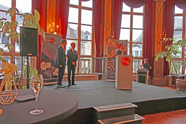 ブローチはダイヤモンドのオーナブルバイヤーに選出、表彰されました