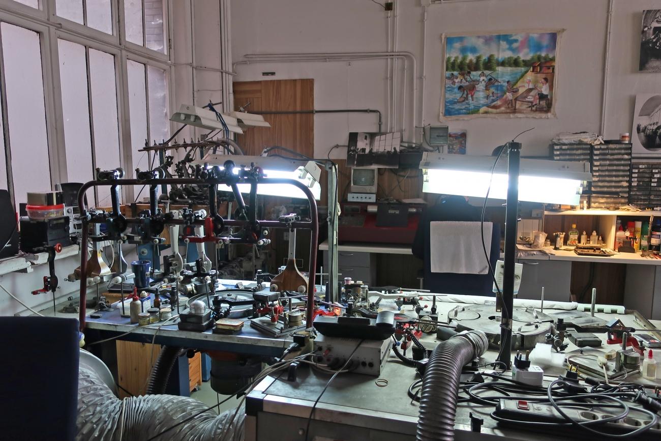 ダイヤモンドの研磨所には研磨師の専用道具がズラリ