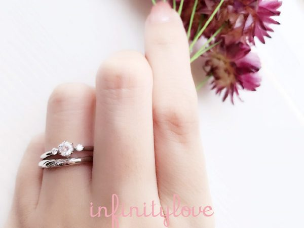 重ね付け可愛い婚約指輪と結婚指輪ならジャスミンが可愛い花モチーフでシンプルなのでつけやすい