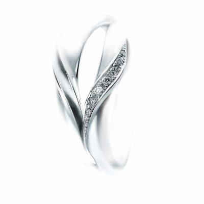 2人の指輪を重ねるとハートが出来る、そんなオシャレな結婚指輪はSomethingBlueのMakeHeartです