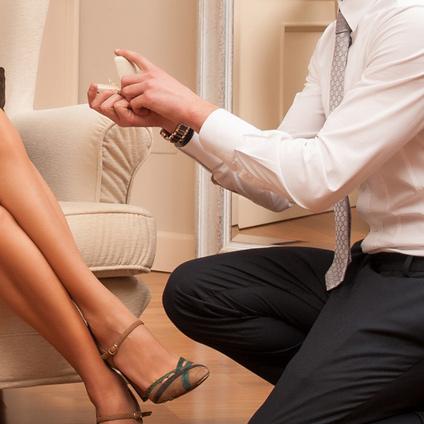 婚約指輪の金額を女性に知られずにスマートかっこよくプロポーズできます