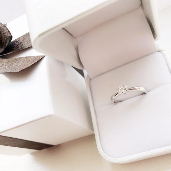 新潟市のブローチでサプライズプロポーズを。ダイヤモンドを多数ご用意してぴったりなプランをご紹介します。