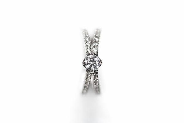 重なり合う層が美しい甘くておいしいデザートをモチーフにした婚約指輪はDessertsのミルフィーユ