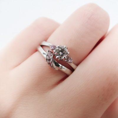 新潟でデザイナーによる新作結婚指輪「春の足音」。新潟 重ねつけがとっても可愛いピンクダイヤモンドをあしらった婚約指輪と結婚指輪