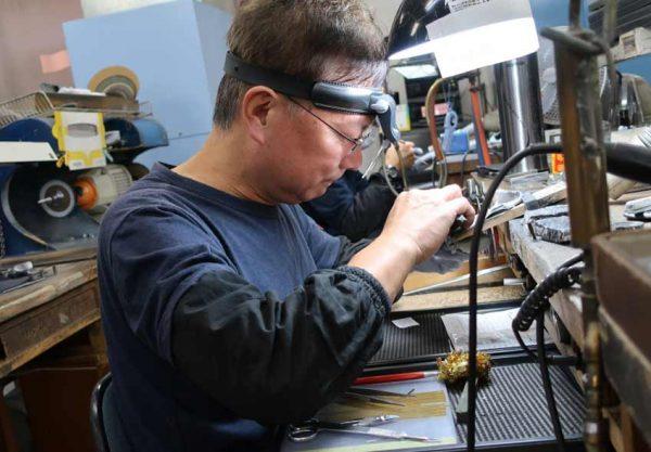 熟練職人がネックレスや指輪を直します