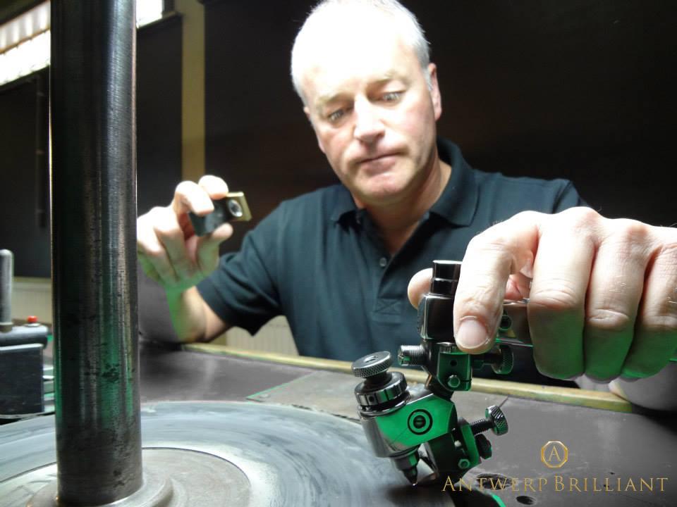 ブローチのダイヤモンドはボツワナ産最高品質原石をベルギー研磨仕上