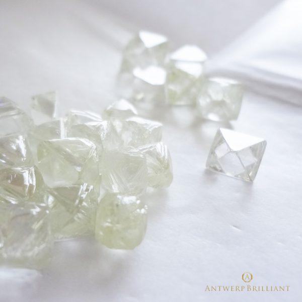 ブローチのダイヤモンドは最高の原石を使用