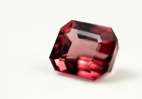 1がつの誕生石ガーネットの魅力について指輪を探すならBROOCH
