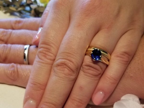 ダイヤモンドではなく、サファイアの婚約指輪が欲しくてたどり着いたのがBROOCH