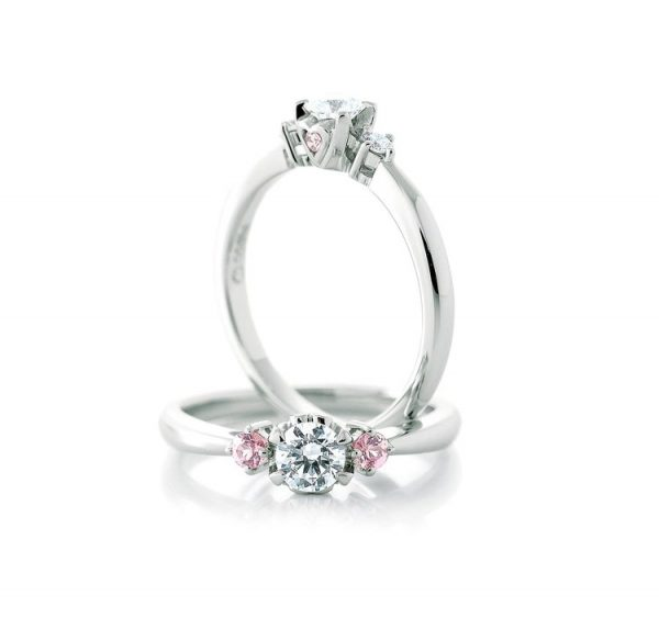 Ange (アンジェ )という名前のCafeRingという婚約指輪はピンクサファイヤやピンクダイヤモンドと使ったフェミニンテイストで多くの花嫁を魅了していてハートがセンターダイヤモンドの側面にかわいく隠れているのが特徴ですキュートで大人カワイイ婚約指輪結婚指輪は是非BROOCHブローチで重ね着けもオススメです銀座プラチナ専門店のハードプラチナの品質を是非目で見てお確かめください