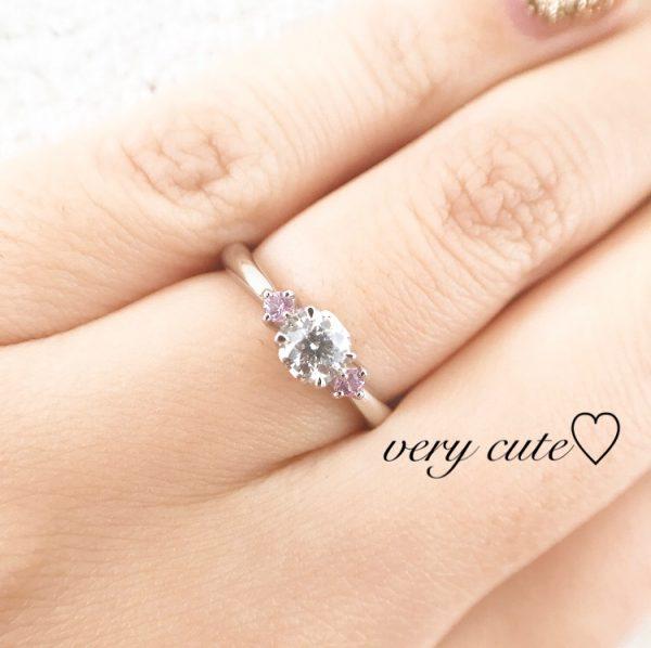 銀座に本店をかまえるプラチナ専門店のCAFERINGはおおとなかわいい婚約指輪がたくさん展開していて花嫁さんにおすすめです ピンクサファイアを使ったアンジェは人気デザインです 側面にハートのデザインが入ってます
