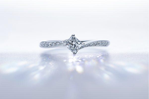 輝くプリンセスカットのダイヤモンド婚約指輪なら新潟BROOCH