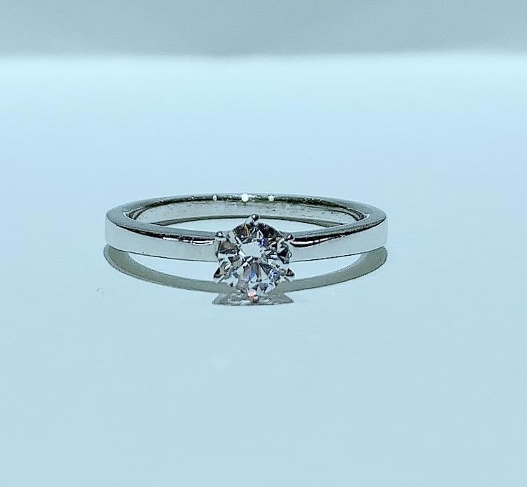 BROOCH 婚約指輪 エンゲージリング 平打ちストレートシンプルデザイン