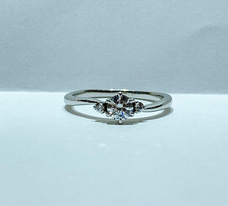 BROOCH 婚約指輪 エンゲージリング ウェーブ両サイドメレ