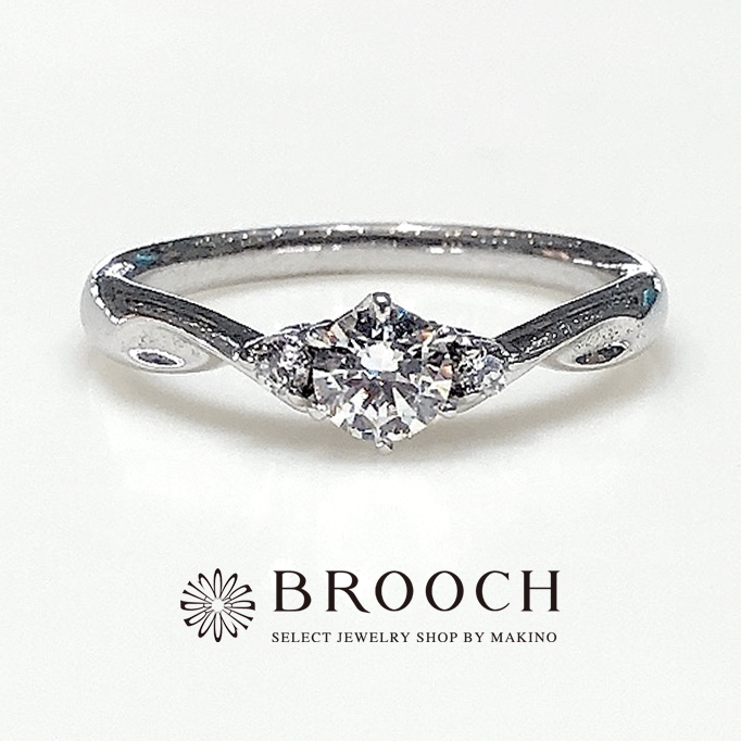 BROOCH 婚約指輪 エンゲージリング 両サイドメレV字型ウェーブデザイン