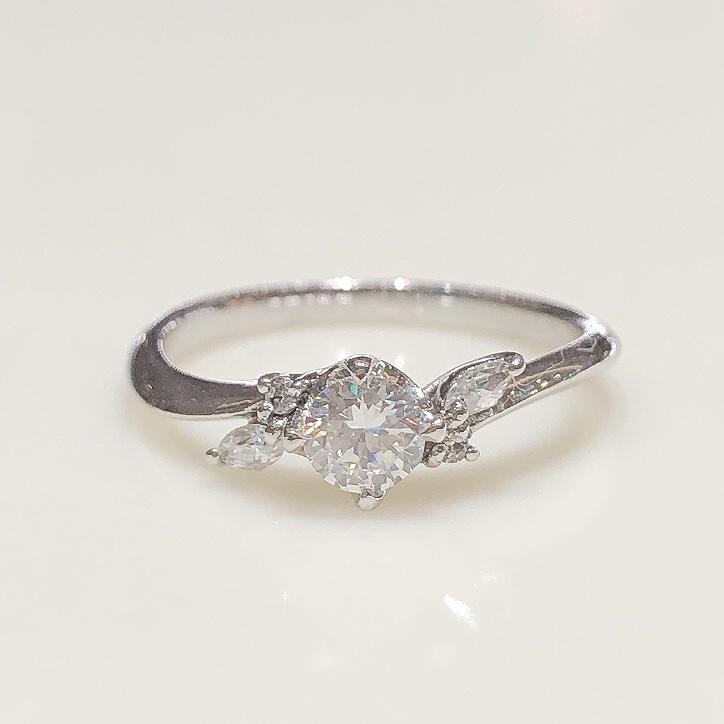 BROOCH 婚約指輪 エンゲージリング ウェーブラインお花風デザイン