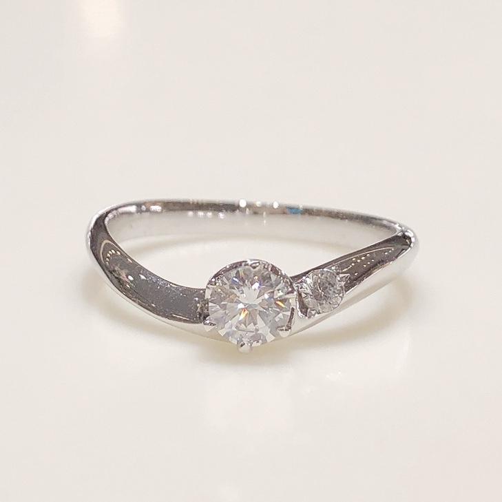 BROOCH 婚約指輪 エンゲージリング サイドストーンウェーブデザイン