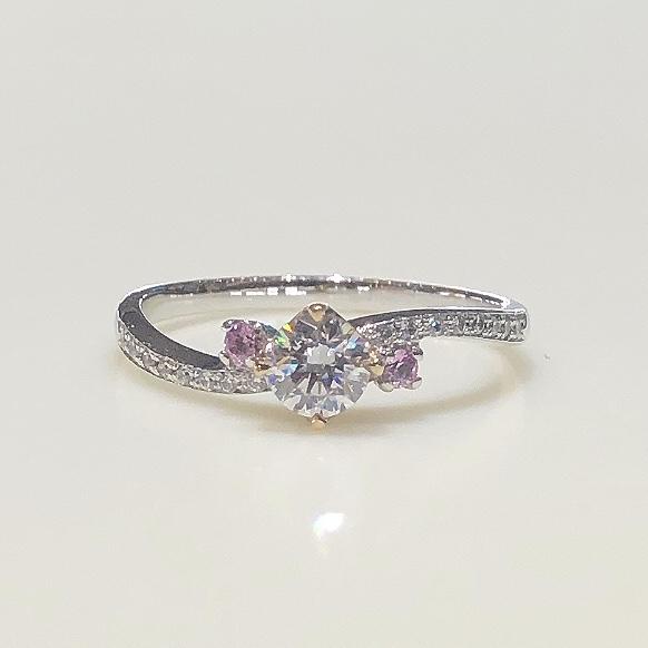 BROOCH 婚約指輪 エンゲージリング 両サイドピンクメレダイヤウェーブデザイン