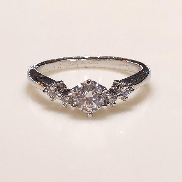 BROOCH 婚約指輪 エンゲージリング サイドメレ4石シンプルデザイン