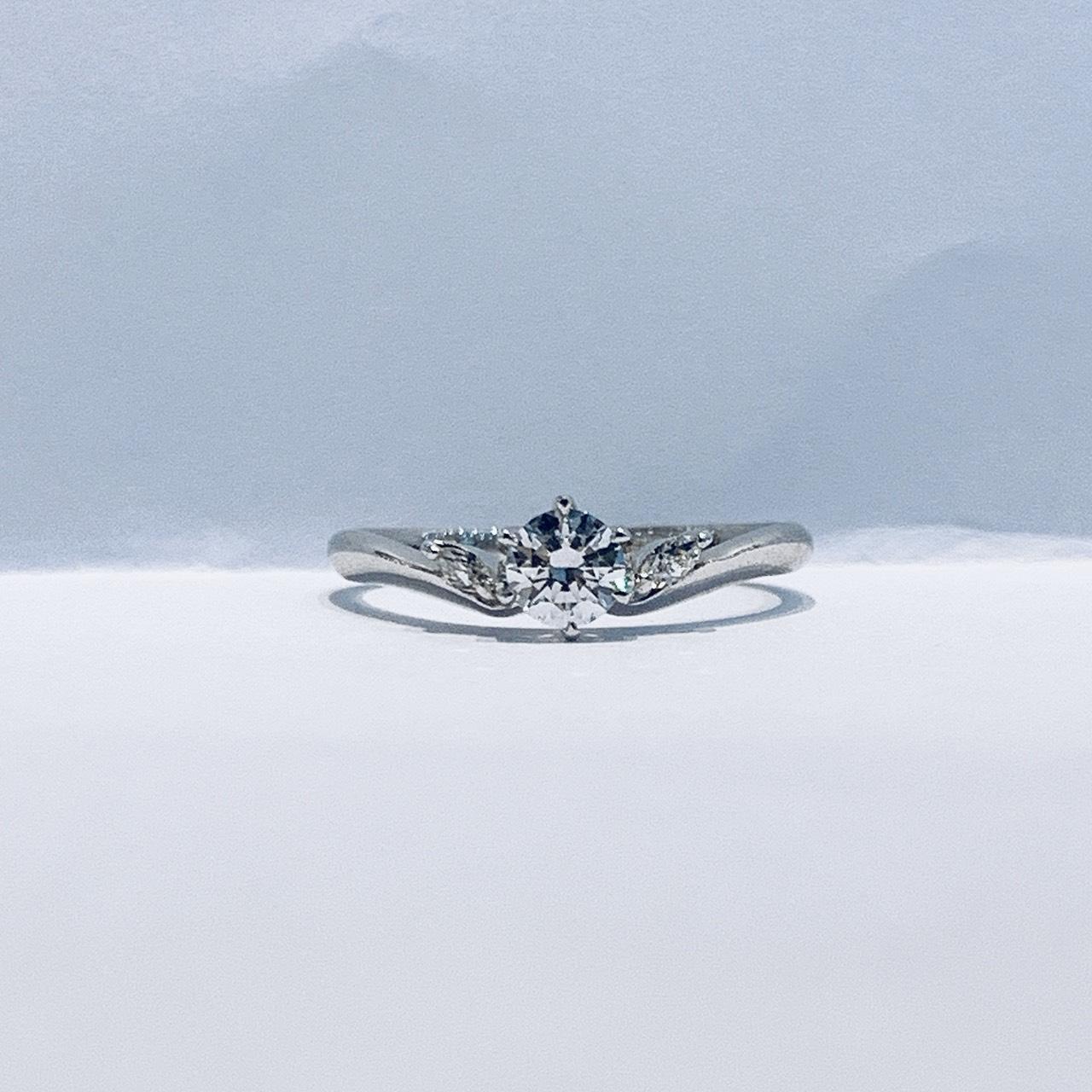 BROOCH 婚約指輪 エンゲージリング V字ラインフラワーデザイン