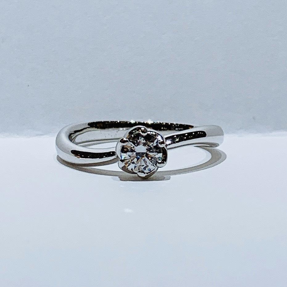 BROOCH 婚約指輪 エンゲージリング シンプル1石ウェーブフラワーデザイン