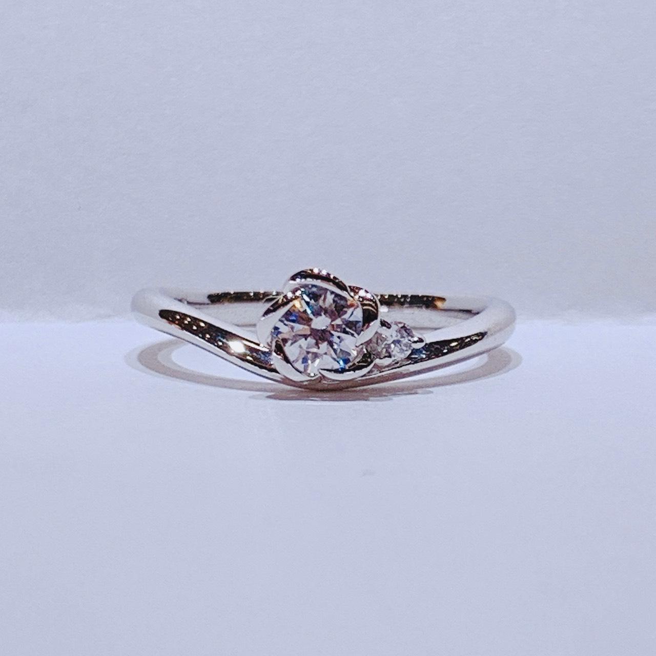 BROOCH 婚約指輪 エンゲージリング V字フラワーデザイン