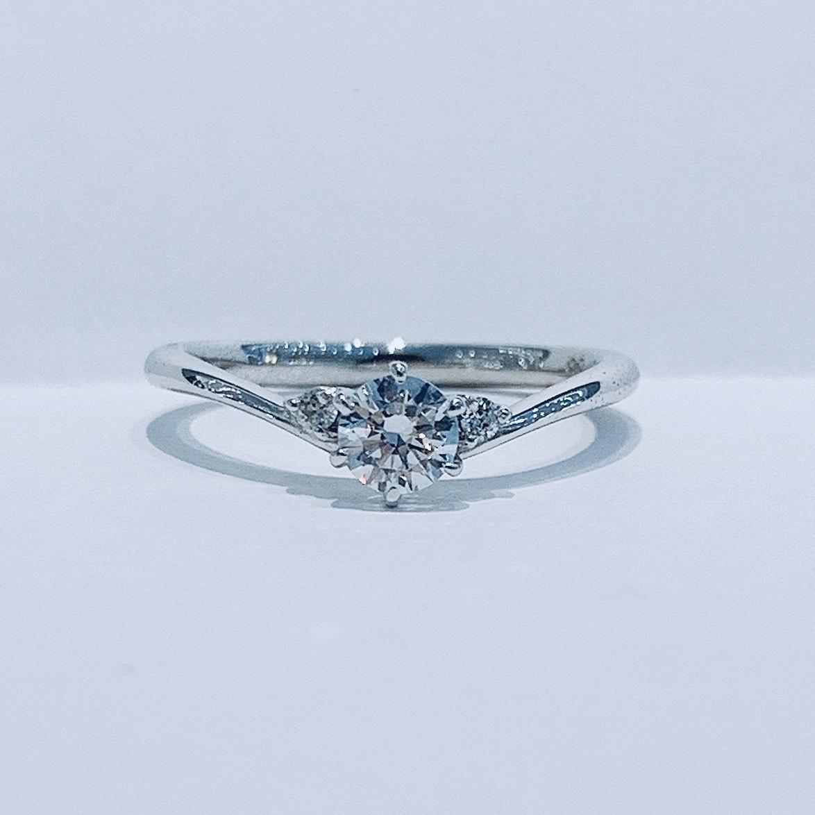 BROOCH 婚約指輪 エンゲージリング シンプルV字デザイン