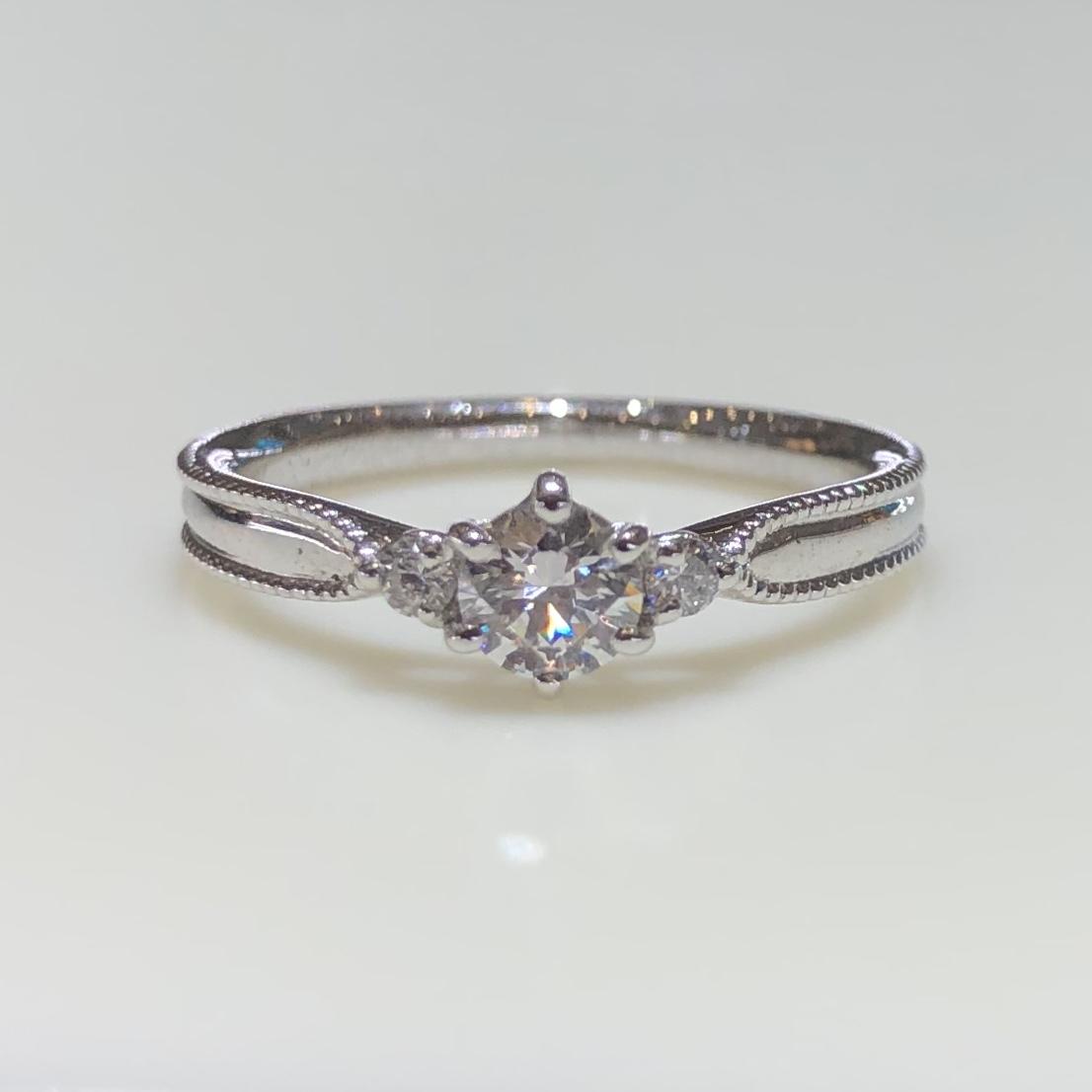 BROOCH 婚約指輪 エンゲージリング 両サイドメレミル打ちデザイン