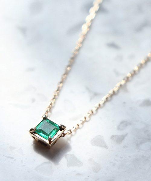 5月の誕生石エメラルドのネックレス宝石言葉は「幸運や幸福」愛の成就にも力を発揮する宝石「
