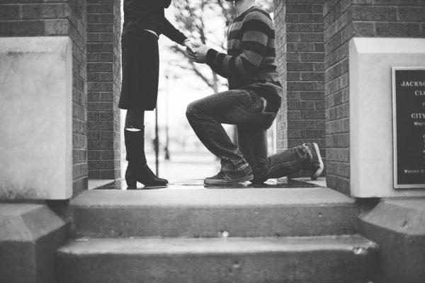 キラキラ輝くダイヤモンドの指輪で最愛の人にサプライズプロポーズをしよう