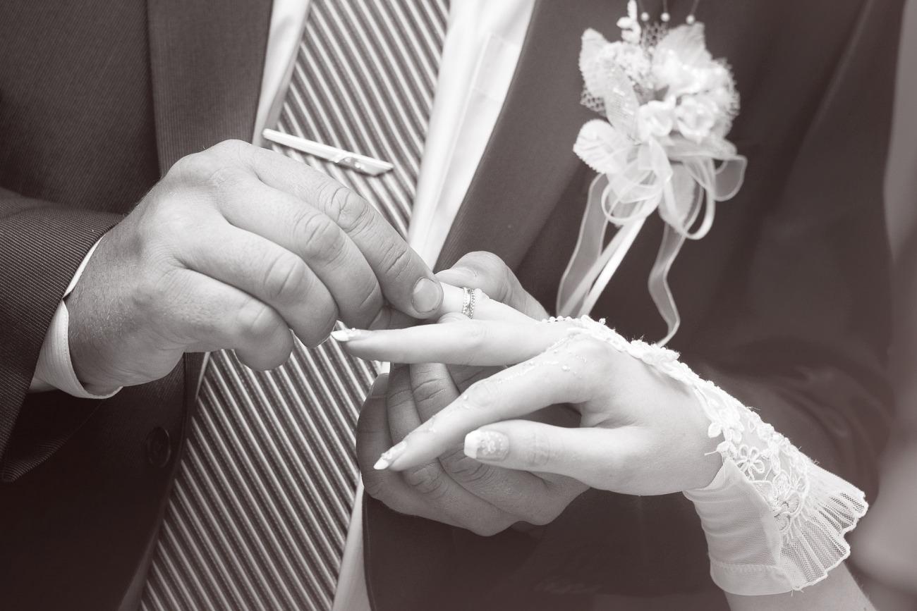 新潟で人気の結婚指輪と婚約指輪 BROOCH にわか(ニワカ)| 美しい和彫りを楽しむことのできるオシャレジュエリー俄(NIWAKA)の結婚指輪(マリッジリング)「花匠の彫り(かしょうのほり)をクローズアップ