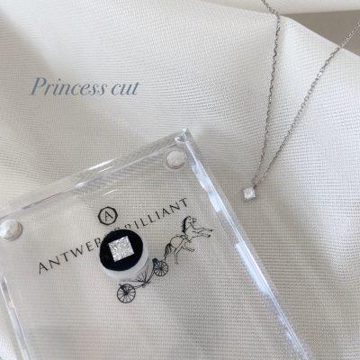 正方形のスッキリとした美しさが魅力のプリンセスカットの婚約指輪やネックレスが欲しい方はブローチがおすすめ