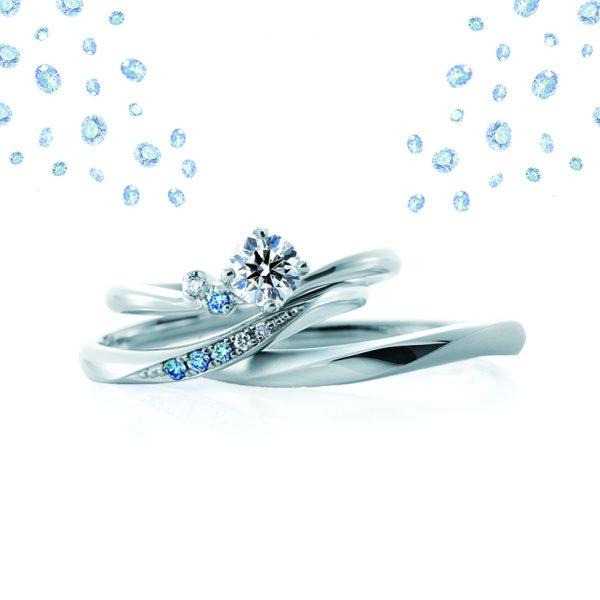 さわやかなアイスブルーダイヤアレンジが大人可愛い婚約指輪(エンゲージリング・プロポーズリング)と結婚指輪(マリッジリング)のセットリングは新潟の花嫁様に人気のカフェリングのローブドゥマリエ