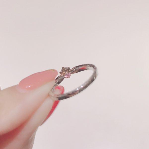 センターダイヤモンドの裏側にはシークレットストーンが光る婚約指輪