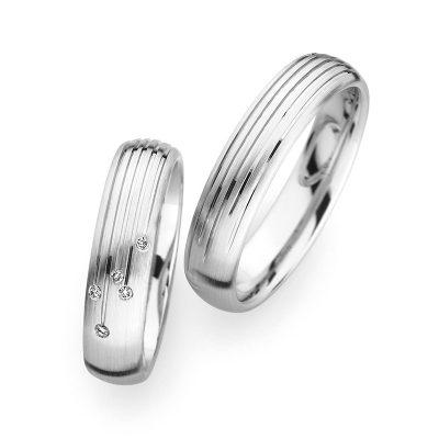 物作りの国ドイツの結婚指輪CHRISTIAN BAUER クリスチャン・バウアー 世界のトップメーカーが認める最先端技術を採用しクリスチャンバウアーの工業部門ではベンツ・ポルシェ・BMWなどの自動車部品(スプリングや金属製ガスケット等)やボーイング・NASAの航空部品(ドアの部分のスプリング等)を製造しており、高く評価されています。この技術がジュエリーにも活かされています。生涯お着け頂くための耐久性・着け心地を実現するため、独自の鍛造製法にこだわり続けています クリスチャンバウアーの鍛造の特徴は強度が高い・密度が高く重厚感がある・着け心地が良い・一点物なので結婚指輪に適しています