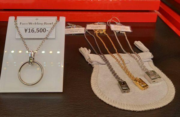 婚約指輪や結婚指輪をネックレスにして着けられるユーロウェディングバンドのリングコネクタ付きチェーン