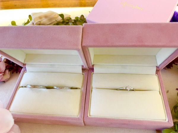 重ね着けがかわいいinfinityloveの結婚指輪と婚約指輪