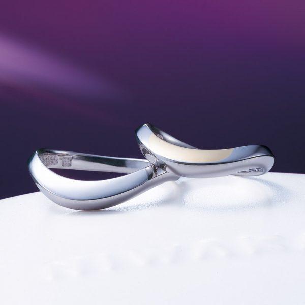 イエローゴールドが個性的な結婚指輪はNIWAKAの上弦の月