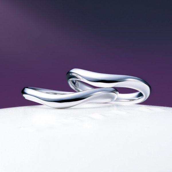 月モチーフのにわかの結婚指輪は月の雫