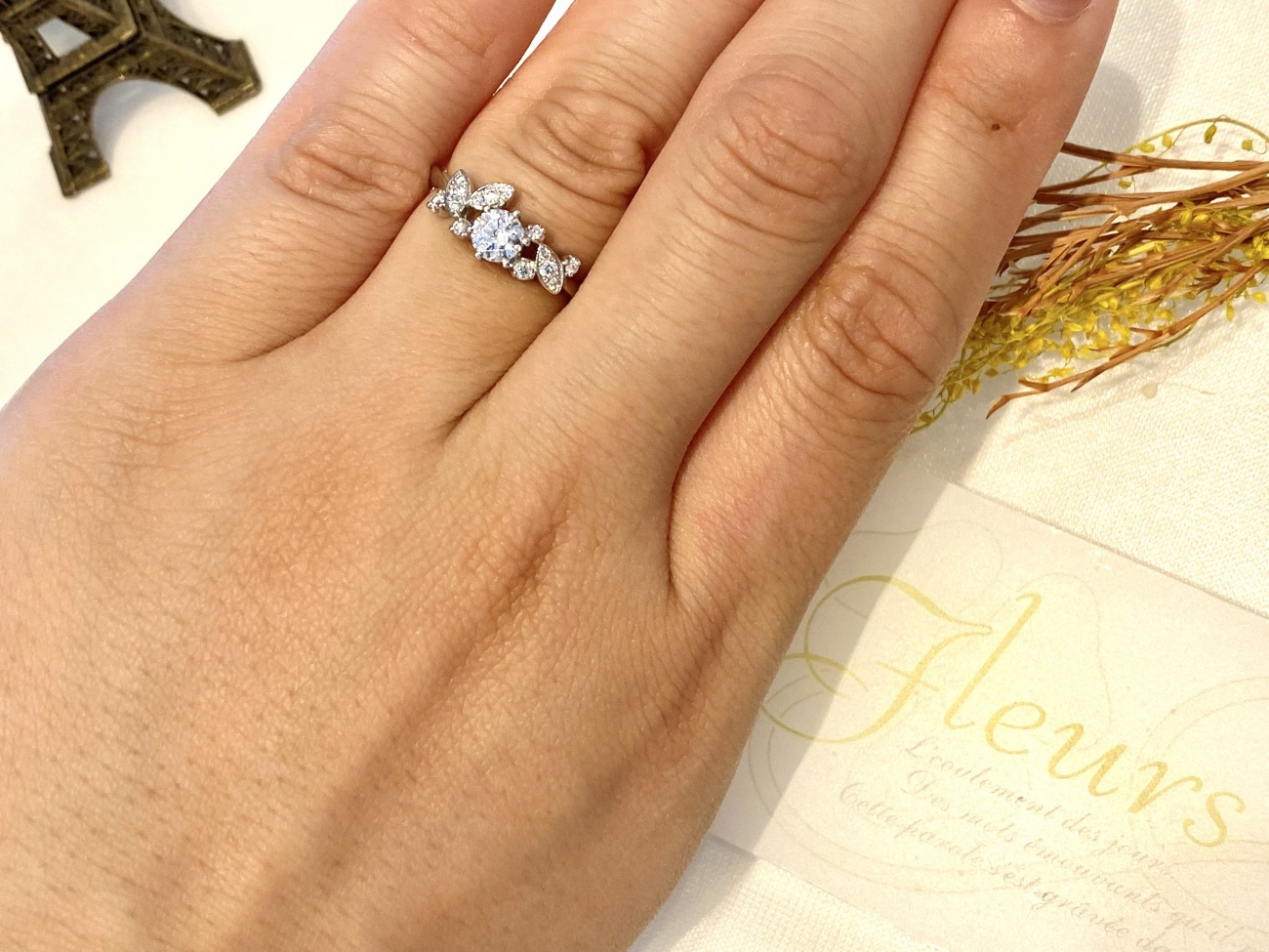 奥様が好きな花、薔薇の婚約指輪でプロポーズ