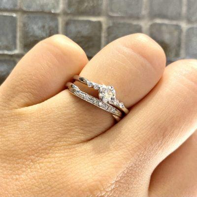 重ね着けがかわいい婚約指輪