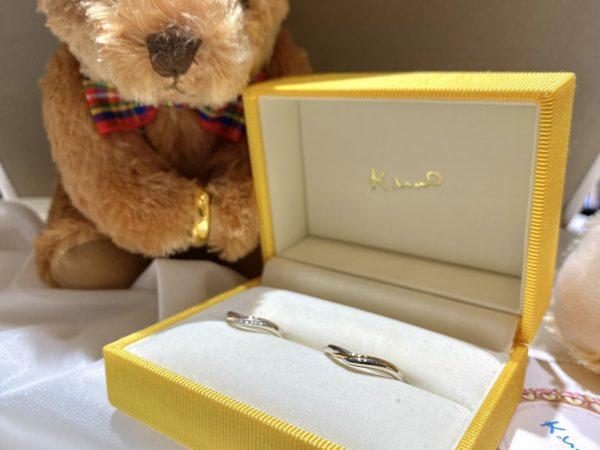 さりげないゴールドラインがかわいいK.unoの結婚指輪