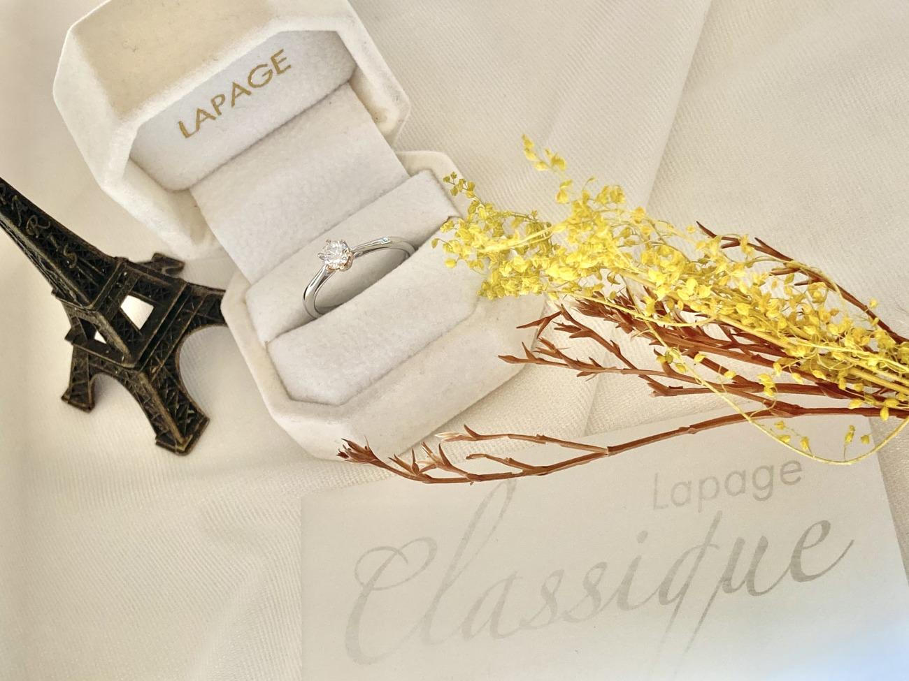 プラチナ×ゴールドのコンビネーションがかわいい婚約指輪