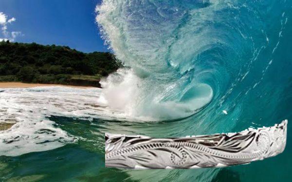 波の彫りがきれいなマカナの結婚指輪